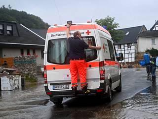 Saksan Punaisen ristin ajoneuvo Iversheimin kylässä.