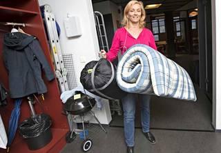 Sarjan tuottaja Eeva Rantanen toi töihin patjan ja makuupussin.
