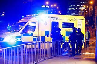 Poliisit päivystivät yöllä tapahtumapaikan lähellä.
