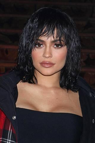 Myös tyylivaikuttaja Kylie Jenner kokeili trendimittaista tukkaa tavallisten pidennystensä ja peruukkiensa sijaan.