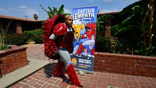 Koronavirukseksi pukeutunut Kenneth Artry esiintyi supersankari- ja koronavirusteemaisessa näytelmässä.