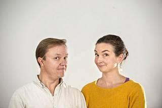 Avioliitto on ikuista -esityksessä näyttelevät aviopuolisot, näyttelijät Mika ja Tuija Nuojua.