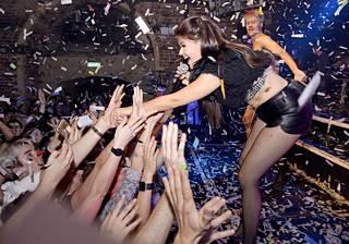 Aalto tervehti innokasta yleisöään lavalta.