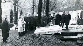 Isdalenin nainen haudattiin sateisena talvipäivänä Bergeniin. Hautajaisvieraat koostuivat Bergenin poliisin henkilökunnasta.