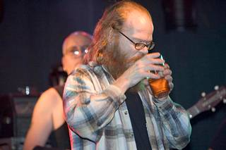 Myllykoski nautti olutta vuonna 2004 Freud, Marx, Engels & Jung- yhtyeen konsertissa On the rocks-ravintolassa.