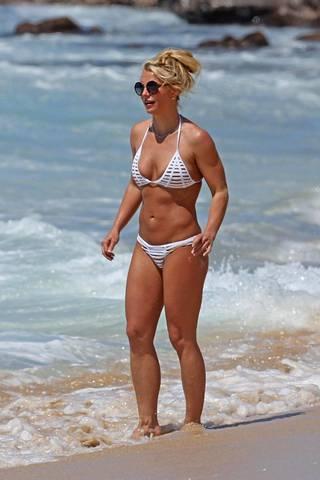 Britney Spears lomaili Havaijilla huhtikuun alkupuolella. Rantatunnelmista nauttinut tähti vilvoitteli merivedessä auringonpalvonnan lomassa.