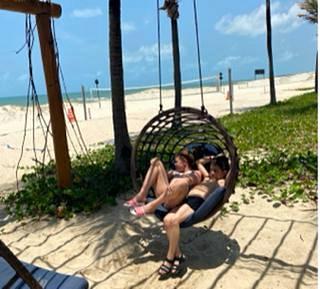 Maria ja Toivo saavat keinutella rannalla kaikessa rauhassa. Muita ei näy.