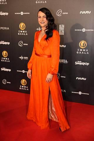 Mira Luoti oli pukeutunut kirkkaan oranssiin Janina F:n mekkoon.