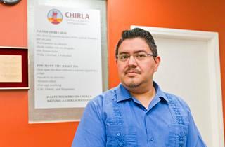 Jorge-Mario Gabrillon selän takana ovat Chirlan toimintaohjeet. Niillä ohjeistetaan siirtolaispoliisin käyntien varalle.
