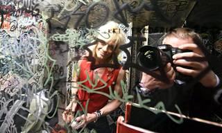 Mike Monroe ennen esiintymistään Remu & Hurriganesin kanssa Tavastian takahuoneessa.