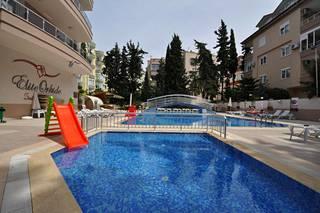 Leinosten asunto sijaitsee kaupungin keskustassa, vajaan kilometrin päässä rannasta. Talosta puolet on hotellia ja puolet omistusasuntoja.