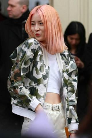 Tyylivaikuttaja Irene Kim ihastutti muotiviikoilla trendikkäällä, utuisen oranssilla blorange-tukallaan.