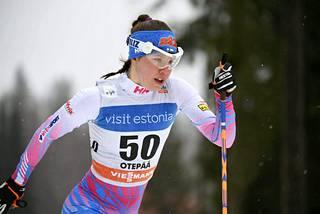 Suomen naisten kisa-asussa on vaaleanpunaisia korostuksia. Miesten kisa-asussa on vihreää.