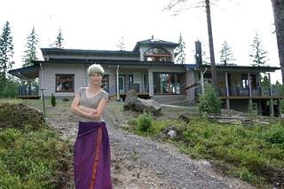 Laura Voutilainen poseerasi uuden talonsa edessä vuonna 2004.