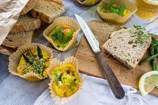 Jos et omista muffinivuokaa, valmista munakkaat paperisiin vuokiin.
