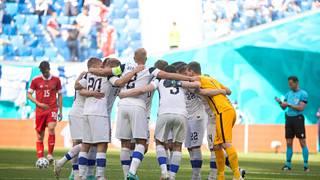 Suomen joukkue valoi yhteishenkeä ennen peliä.