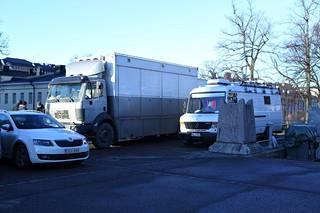 Senaatintorille tuotiin tavaraa kuorma-autoilla.