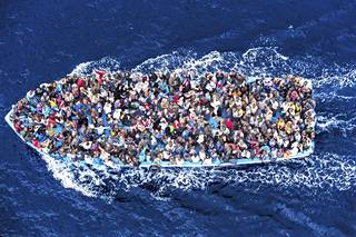 Massimo Sestini voitti 2015 maailman arvostetuimman kuvajournalismin World Press Photo -palkinnon kuvallaan Välimerellä ajelehtivasta, pakolaisia täpötäynnä olevasta veneestä.
