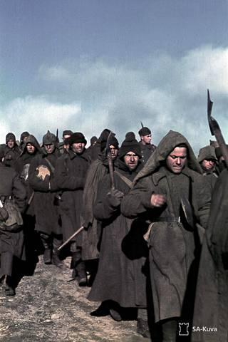 Sotavankeja matkalla maantietöihin Sallan suunnalla 1941.