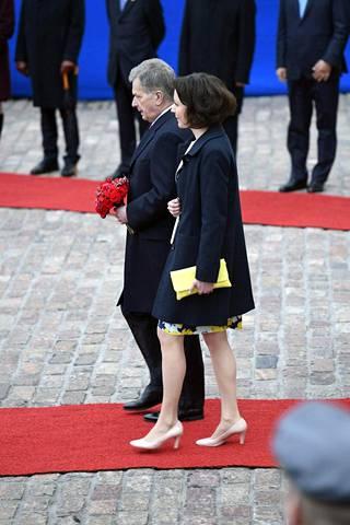 Presidentti Sauli Niinistö ja rouva Jenni Haukio ottivat Kiinan presidenttiparin vastaan koleassa säässä.