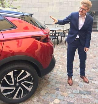 Richard Duff Opelin design-osastolta kuvaili Grandland X:n perää sporttiseksi. Yhtäläisyyksiä sisarmalli Peugeot 3008:aan on, mutta Duff halusi puhua enemmän eroavaisuuksista. –Eniten yhtäläisyyttä on voimalinjassa, hän sanoi.