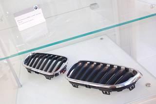 Mustat munuaiset BMW:n keulaan.
