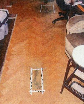 Poliisi löysi perheen asunnosta verisiä jalan-/sukanjälkiä.