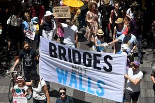 Tuhannet osoittivat mieltään Sydneyssa, Australiassa lauantaina.