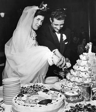 Tuula Saarto oli vain 17-vuotias morsian, kun hän meni naimisiin 28-vuotiaan Allan Hagertin kanssa. Häitä tanssittiin aikansa ykkösravintolassa, Kaisaniemessä.