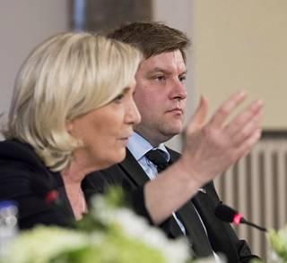 Marine Le Pen ja Olli Kotro kokouksen lehdistötilaisuudessa.