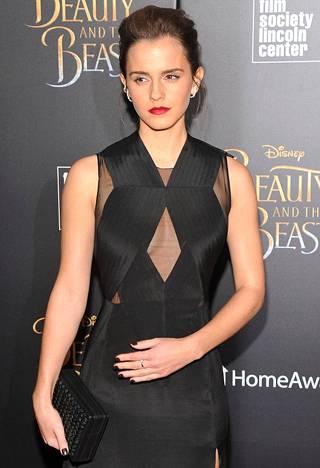Emma Watsonin tiedottaja sanoo, että kyseessä eivät ole alastonkuvat, vaan vaatteiden sovitustilanteessa otetut kuvat.