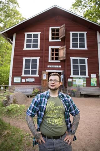Harri Riihimäki Mustilan Arboretumissa Kouvolassa. Muiden töidensä ohellä hän on tehnyt Mustilan kotikunnassäätiölle markkinointityötä.