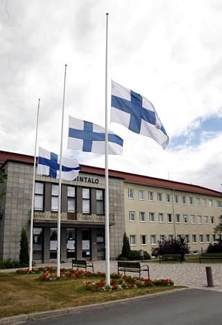 Paula Björkqvist toimi Jämsän kaupunginvaltuuston puheenjohtajana. Jämsän kaupungintalo järjesti suruliputuksen 19. heinäkuuta 2006.