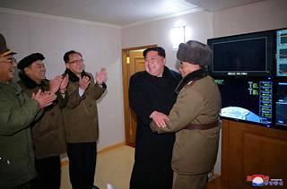 Kim Jong-un juhli kenraaliensa kanssa laukaisua maan uutistoimiston KCNA:n julkaisemissa kuvissa.
