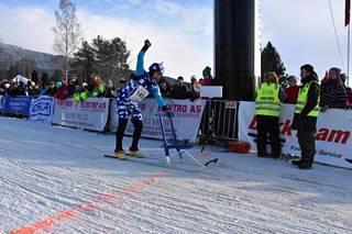 Levänen tuulettaa mestaruutta. Alamäkipotkukelkkailun MM-kisoissa kilpaillaan perinteisellä potkukelkalla, vaikka urheilullisempia mallejakin löytyy. Norjassa Leväsen kulkupeli oli suomalainen Esla-potkukelkka.