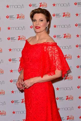 Lucy Lawless oli pukeutunut näyttävään kirkkaan punaiseen pitsimekkoon New Yorkin muotiviikoille.