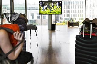 Anna Uddenbergin töitä Berliinin näyttelyssä. Venus of our times on kuvassa näyttelytilan oikeassa nurkassa.