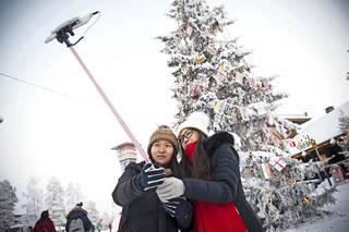 Kiinalaiset Jinye Zhao ja Chen Niu saapuivat juuri suoraan lentokentältä Joulupukin Pajakylään tapaamaan joulupukkia. Tilanne vaatii kuitenkin ensin hieman selfieitä. Kiinalaismatkailijat postaavat Rovaniemeltä paljon kuvia ja videoita sosiaaliseen median ja sen markkinointiarvo on huikea, sillä moni saapuu Lappiin juuri kaverin suosituksen perusteella.