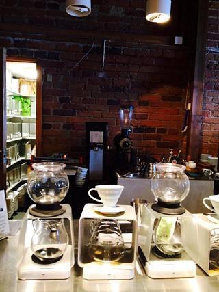 Kanavarannassa Johan&Nyströmin kahvilassa kahvikupillinen tehdään asiakkaan toiveiden mukaan käsityönä.