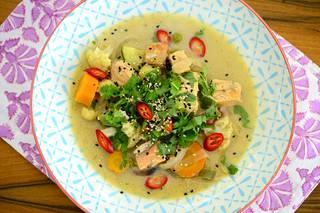 Curry-kalakeitto on maustettu thaimaalaisittain.