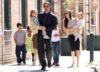 Angelina Jolie ja Brad Pitt syyskuussa kuuden lapsensa kanssa.