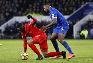 Leicesterin kapteeni Wes Morgan (oik.) piti Divock Origin ja muut Liverpoolin pelaajat aisoissa.
