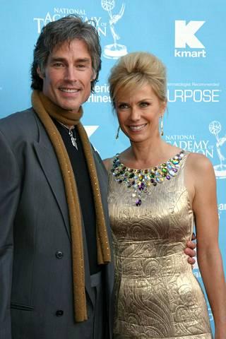 Näyttelijä kuvattuna sarjassa Ridgeä esittäneen Ronn Mossin kanssa 2007.