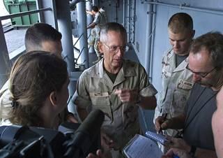 Kenraali Mattis puhui toimittajien kanssa USS Peleliu -aluksella Arabianmerellä marraskuussa 2001.