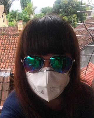 Annakaisa Vääräniemi kertoo, että Ubudissa vain pieni prosentti väestöstä käyttää hengityssuojaimia. Kunnon suojalaseja hän ei ole hankkinut, mutta myös aurinkolasit suojaavat vähän.