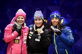 Krista Pärmäkoski (vas.) avasi Suomen mitalitilin Lahdessa.