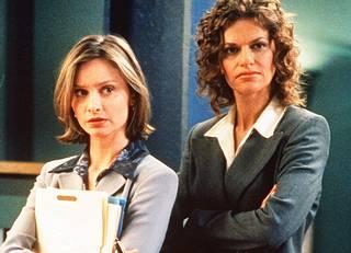 Ally McBeal -sarjan pääosaa näytteli Calista Flockhart (vas.). Sarjassa nähtiin myös Sandra Bernhard.