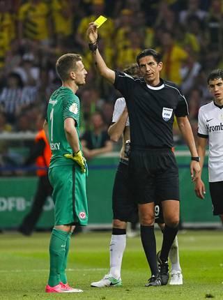 Ottelun erotuomari Deniz Aytekin näytti Hradeckylle keltaista hänen kaadettuaan Christian Pulisicin.