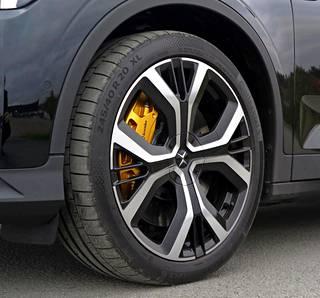 Lisävarusteena saatava Per formance-paketti kasvattaa pyöräkoon 20-tuumaiseksi ja tuo autoon kullanväriset jarrusatulat sekä turvavyöt.