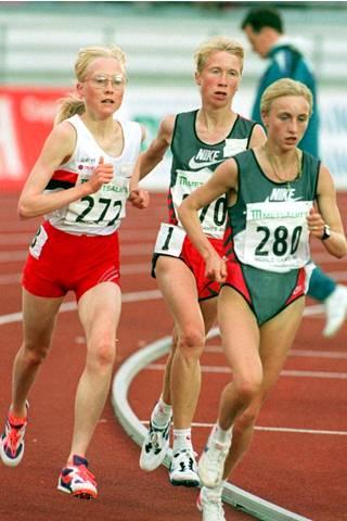 Kovat kilpakumppanukset Sara Wedlund (vas.) ja Annemari Sandell (kesk.) vauhdissa Helsingin GP-kisan 5000 metrillä vuonna 1995. Oikealla Romanian supertähti Gabriela Szabo.